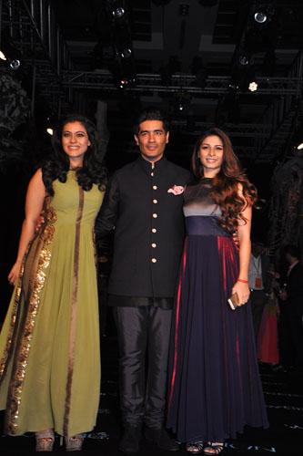 Kajol Devgan with sister Tanisha Mukherjee and Manish Malhotra