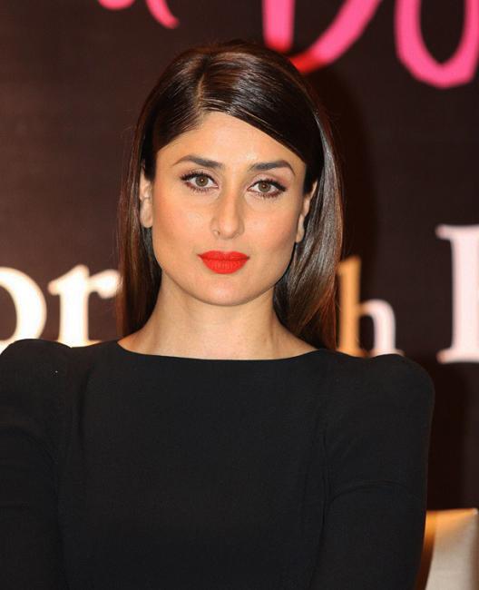 Kareena-Kapoor-Book-Launch-Photos-In-Black-Dress-3