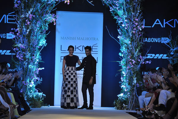 Manish Malhotra with the show stopper Sonakshi Sinha1