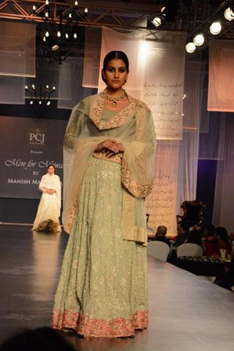 Model in Manish Malhotra's creation01