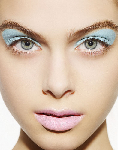 blue-eyeshadow-pink-lips