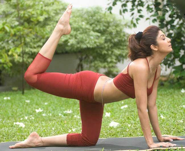 shilpa-was-first-bollywood-celeb-who-launched-her-own-yoga-fitness-dvd