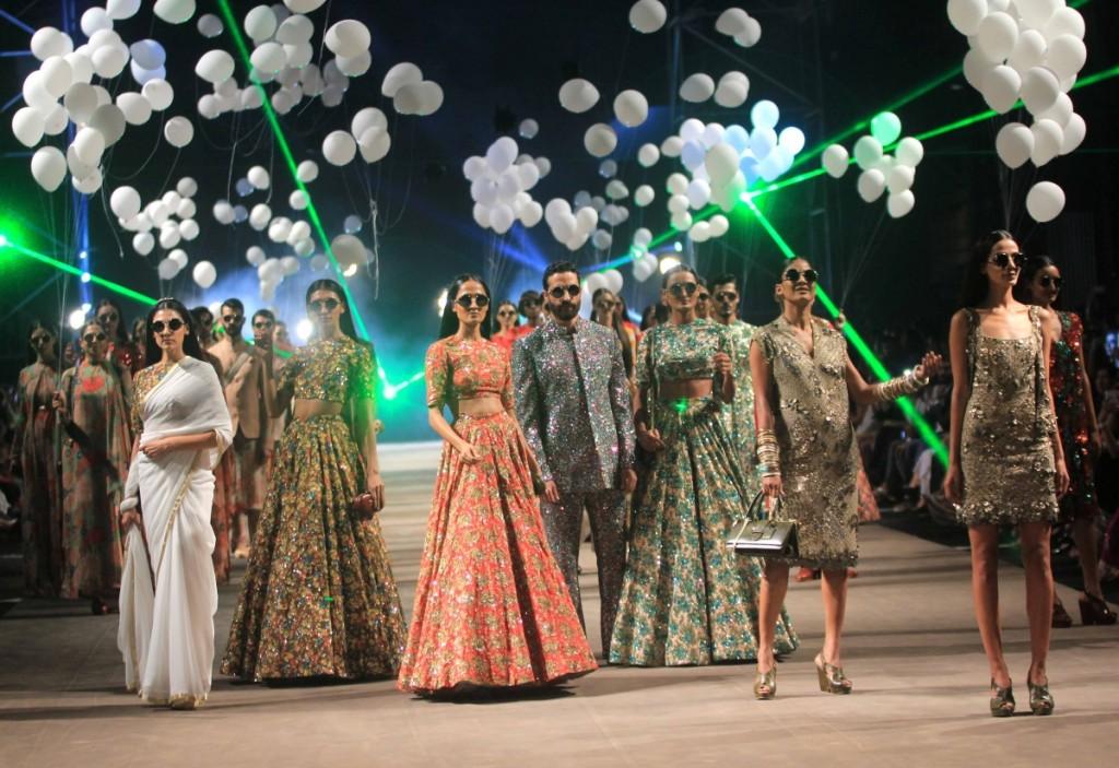lakme-fashion-week-2015-deepika-kajol-sridevi-attend-sabyasachi-mukherjees-opening-show11