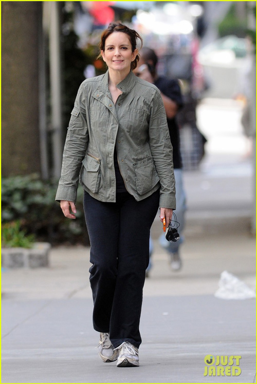 tina-fey-nyc-walk-02